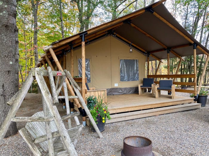 Glamping tent from the outside at the KOA Lincoln Woodstock NH